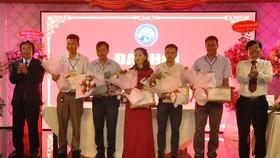 Các lãnh đạo tỉnh tặng hoa chúc mừng Đại hội.