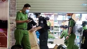 Lực lượng chức năng khám xét nhà thuốc