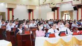 Các đại biểu tại kỳ họp thông qua nghị quyết.