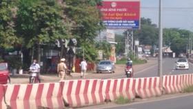 Lực lượng cảnh sát giao thông giám sát xe qua lại tại Chốt kiểm soát Tân Lập