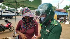 Bộ đội biên phòng tỉnh Bình Phước tham gia tuyên truyền chống dịch Covid-19