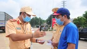 Lực lượng chức năng kiểm soát việc ra vào tỉnh Bình Phước.