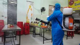 Lực lượng chức năng phun khử khuẩn tại huyện Đồng Phú