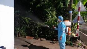 Lực lượng chức năng phun khử khuẩn tại huyện Đồng Phú.