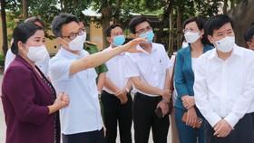 Phó Thủ tướng Vũ Đức Đam kiểm tra công tác điều trị tại bệnh viện dã chiến huyện Đồng Phú (Bình Phước)