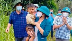 Bình Phước: Tìm thấy bé trai đi lạc vào rừng cao su sau 1 ngày đêm