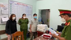 Bà Thảo (áo đen) bị bắt giam để điều tra tội tham ô tài sản