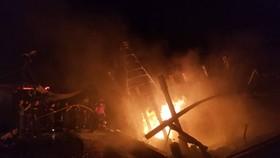 Sau 2 giờ đồng hồ, vụ cháy mới được dập tắt hoàn toàn