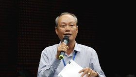 Ông Nguyễn Hữu Hinh trả lời tại buổi họp báo. Ảnh: NGUYỄN CƯỜNG