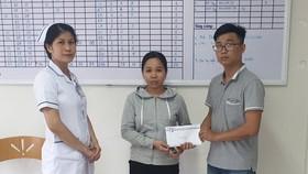 Báo SGGP trao tiền hỗ trợ gia đình chị Nga