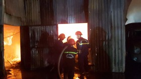 Huy động hàng chục xe chữa cháy dập lửa xuyên đêm