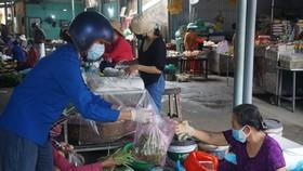 Đà Nẵng: Đi chợ giúp người dân đang cách ly vì Covid-19