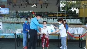 Trao tặng 2.800 suất nhu yếu phẩm cho người dân khó khăn tại Đà Nẵng