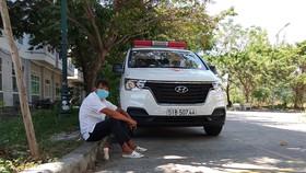Ông Đoàn Ngọc Hải ngồi chờ chở bệnh nhân nghèo về nhà tại Bệnh viện Ung bứu Đà Nẵng. Ảnh: NGUYỄN CƯỜNG
