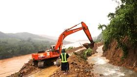 Sử dụng trực thăng thả 1,5 tấn hàng cứu trợ cho xã bị cô lập ở Quảng Trị