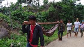 Tiếp cận hiện trường các vụ sạt lở ở Quảng Nam bằng đường bộ và đường thủy