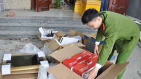 Công an quận Ngũ Hành Sơn kiểm tra các thùng hàng chứa linh kiện điện tử không rõ nguồn gốc, xuất xứ. Ảnh: NGUYỄN CƯỜNG