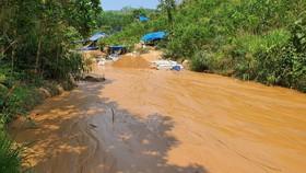 Một điểm khai thác vàng trái phép tại mỏ vàng Bồng Miêu