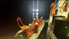 Cứu kịp thời một ngư dân nguy kịch trên vùng biển Hoàng Sa
