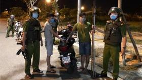 Hai đối tượng bị lực lượng Cảnh sát 113 bắt giữ khi đem hung khí đi đánh nhau