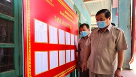 Bí thư Tỉnh ủy Quảng Nam Phan Việt Cường kiểm tra công tác chuẩn bị bầu cử tại xã La ÊÊ (huyện Nam Giang, tỉnh Quảng Nam) vào trưa 15-5.