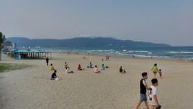 Quảng Nam yêu cầu người dân đi tắm biển phải cách nhau 2m và không tụ tập đông người
