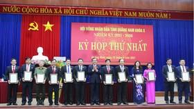 Ông Phan Việt Cường, Bí thư Tỉnh ủy Quảng Nam, trao Giấy chứng nhận đại biểu HĐND tỉnh khóa X, nhiệm kỳ 2021 - 2026 cho các đại biểu trúng cử