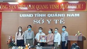 Đại diện Sở Y tế tỉnh Quảng Nam tiếp nhận bảng vật tư từ Công ty CP Việt Nam TravelMart