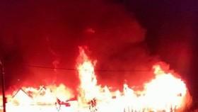 Ngọn lửa bùng phát vào nửa đêm đã thiêu rụi 2 căn nhà cùng với nhiều tài sản có giá trị