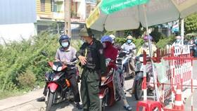 Nhiều người dân được lực lượng chức năng yêu cầu quay trở lại TP Đà Nẵng do không có giấy chứng nhận âm tính với SARS-CoV-2