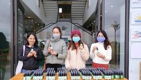 Chị Hương cùng những người bạn tặng nước xịt kháng khuẩn cho người dân