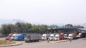 """Hàng trăm xe container """"rồng rắn"""" tại cửa khẩu"""