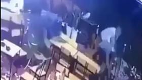 Nhóm côn đồ xông vào quán nhậu chém người ra đầu thú