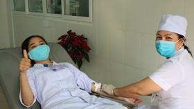 Nhân viên y tế bệnh viện kịp thời hiến máu cứu bệnh nhân