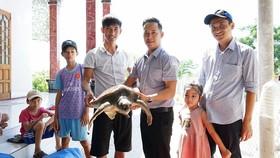 Ban quản lý Khu bảo tồn biển đảo Cồn Cỏ tiếp nhận cá thể vích từ người dân.