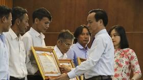 Ông Võ Văn Hưng, Chủ tịch UBND tỉnh Quảng Trị trao tặng danh hiệu Bà Mẹ Việt Nam Anh hùng cho thân nhân các Mẹ Việt Nam Anh hùng