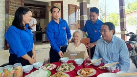 Lãnh đạo UBND tỉnh Quảng Trị thăm hỏi Mẹ Việt Nam anh hùng Nguyễn Thị Đậu ở thôn Vinh An (xã Triệu Trạch, huyện Triệu Phong).