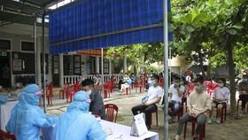 Người dân tại khu vực phường 5 (thành phố Đông Hà, tỉnh Quảng Trị) được tiến hành xét nghiệm nhanh