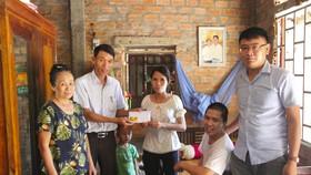 Lãnh đạo UBND xã Hải Hưng, huyện Hải Lăng trao 15,5 triệu đồng của bạn đọc Báo SGGP cho gia đình chị Lê Thị Tâm.