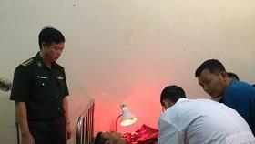 Lực lượng chức năng tiến hành sơ cứu cho các thuyền viên gặp nạn