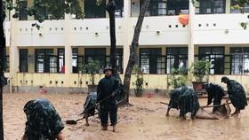 Hàng trăm cán bộ, chiến sĩ Sư đoàn 968 phối hợp với lực lượng chức năng huyện Cam Lộ hỗ trợ người dân dọn dẹp sau khi nước rút