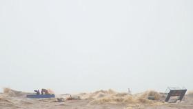Tàu cá ngư dân tham gia cứu hộ các thuyền viên bị sóng đánh chìm khi đang cố gắng tiếp cận tàu Vietship 01.