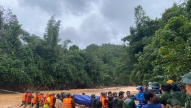 Đoàn tìm kiếm, cứu nạn băng rừng đưa thi thể chiến sĩ công an hy sinh trở về