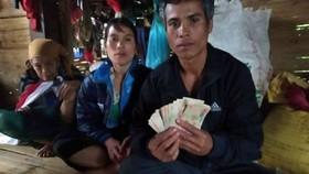 Phát hiện khoản tiền lớn trong quần áo được tặng, vợ chồng nghèo tìm người trả lại