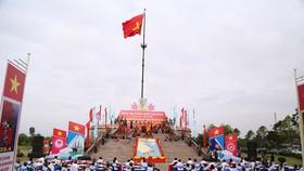 Lá cờ đỏ sao vàng được kéo lên trong không khí trang nghiêm tại Khu Di tích Lịch sử Quốc gia đặc biệt Đôi bờ Hiền Lương - Bến Hải