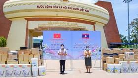 Quảng Trị trao tặng trang thiết bị, vật tư y tế cho 3 huyện của Lào