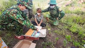 Đối tượng Hồ Văn Quy cùng tang vật bị lực lượng Biên phòng bắt giữ.