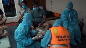 Lực lượng chức năng kiểm tra sức khỏe các thuyền viên gặp nạn.