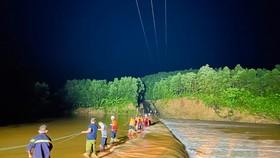 Quảng Trị: Kịp thời cứu hộ 3 người ở khu vực đập tràn bị cô lập do nước lũ dâng cao