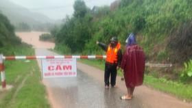 Một số tỉnh miền Trung bị sạt lở, ngập cục bộ, chia cắt giao thông do mưa lớn